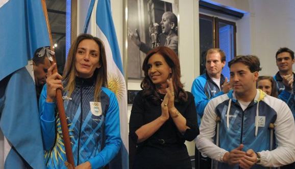 Aymar recibió la bandera de manos de Cristina Kirchner
